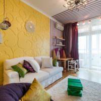 Оформление стены над диваном в желтом цвете