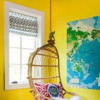 Подвесное кресло из ротанга в детской комнате