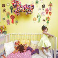 Белая кроватка в детской комнате