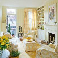 Желтые тюльпаны в гостиной деревенского стиля
