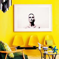 Декорирование желтой стены черно-белой картиной