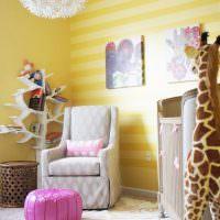 Обои с горизонтальными полосами в детской комнате