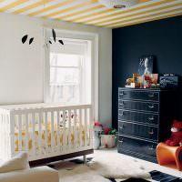 Полосатый потолок в комнате для новорожденного