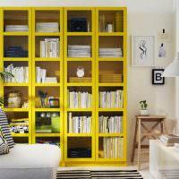 Книжный шкаф желтыми полками