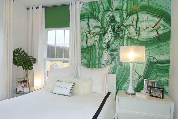 Белая кровать в спальне частного дома