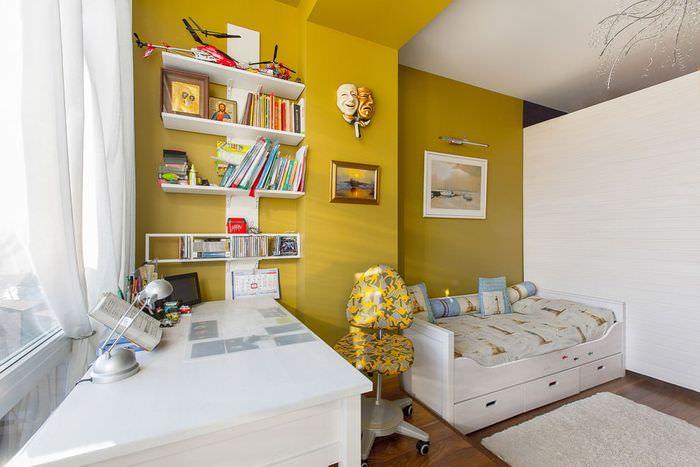 Белые открытые полки на фоне желтой стены