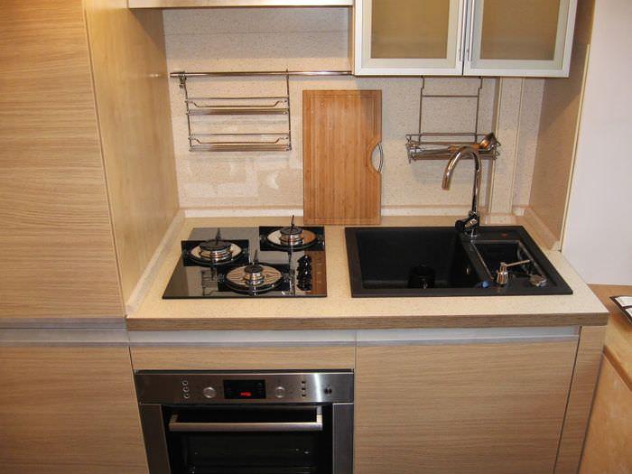Газовая плита в маленькой кухне хрущевки