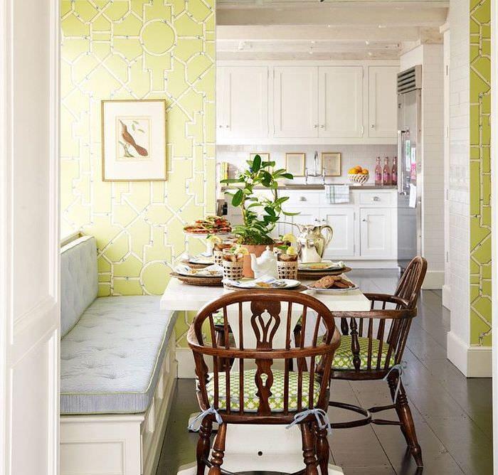 Зеленые обои с геометрическим орнаментом на стенах кухни