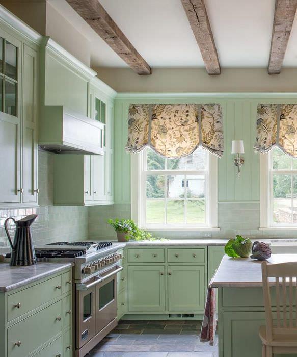 Интерьер кухни-столовой с лондонскими шторами