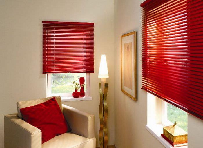 Красная подушка в комнате с жалюзи