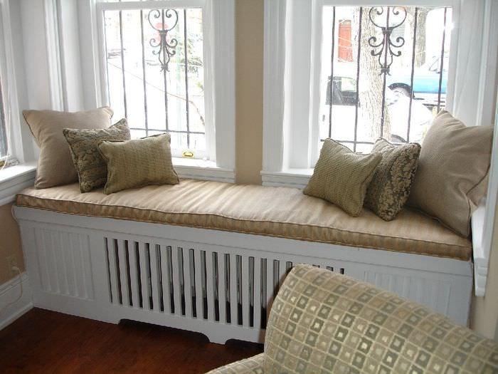 Декорирование батареи небольшим диванчиком