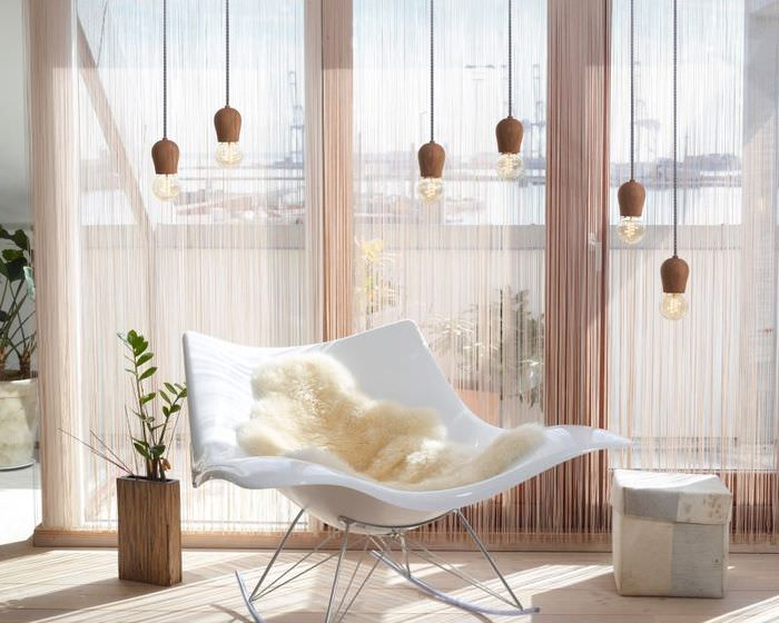 Интерьер комнаты с нитяными шторами