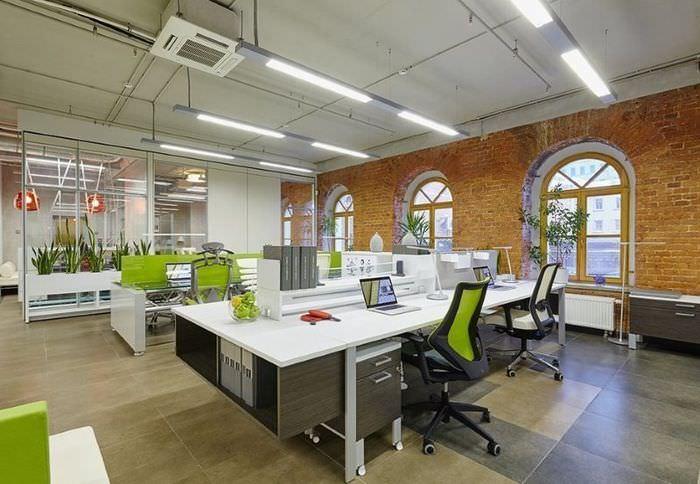 Интерьер офиса крупной компании в индустриальном стиле