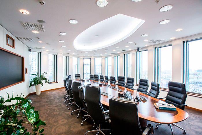 Ярко освещенная переговорная комната