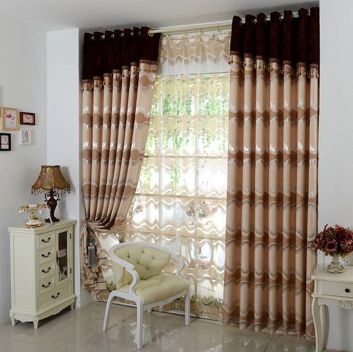 Портьеры на окне спальни в классическом стиле