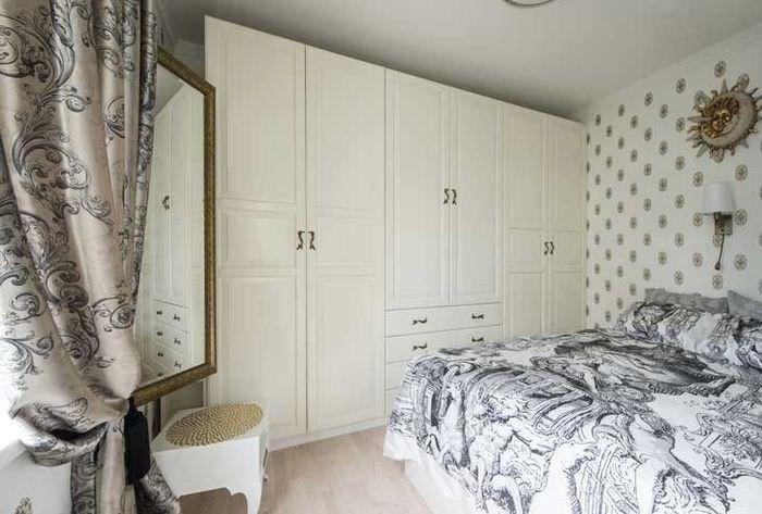 Белый шкаф для хранения вещей в спальной комнате