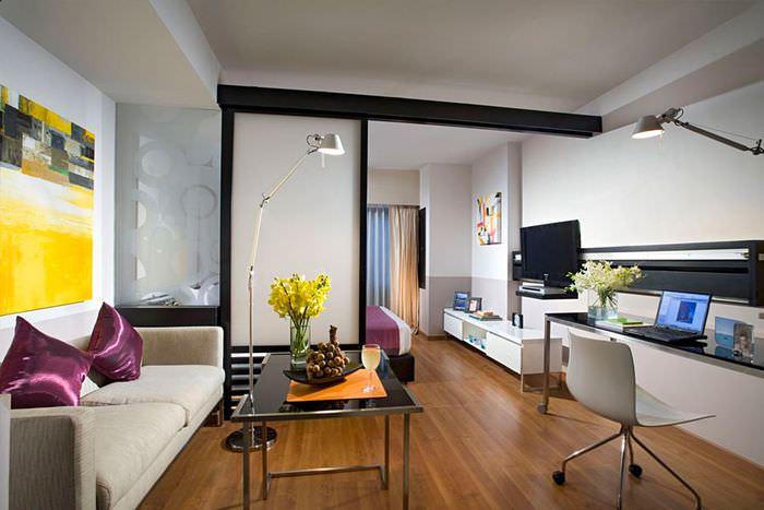 Зонирование раздвижной перегородкой спальни-гостиной