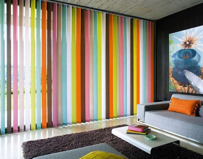 Цветные жалюзи в интерьере гостиной
