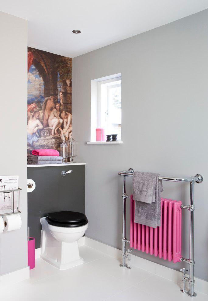 Розовая батарея в интерьере туалета