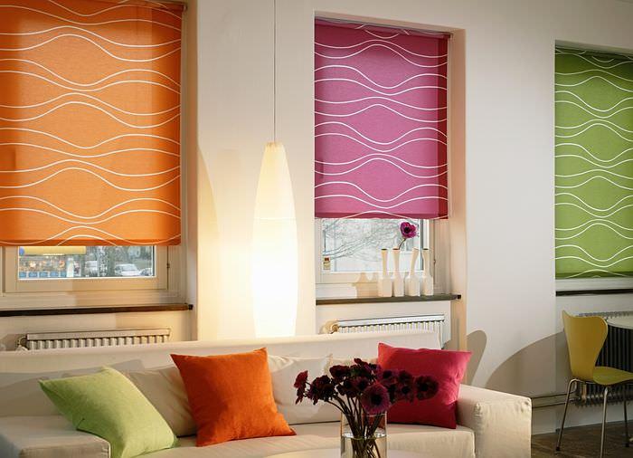 Три окна с рулонными шторами различного цвета
