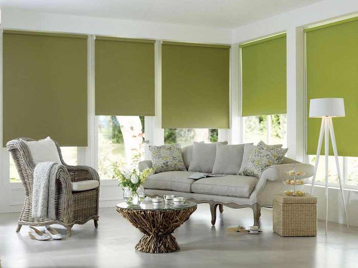 Зеленые жалюзи рулонного типа в белой комнате