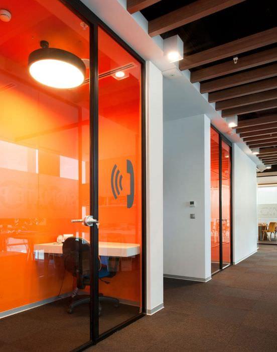 Комната в офисе для ведения телефонных переговоров