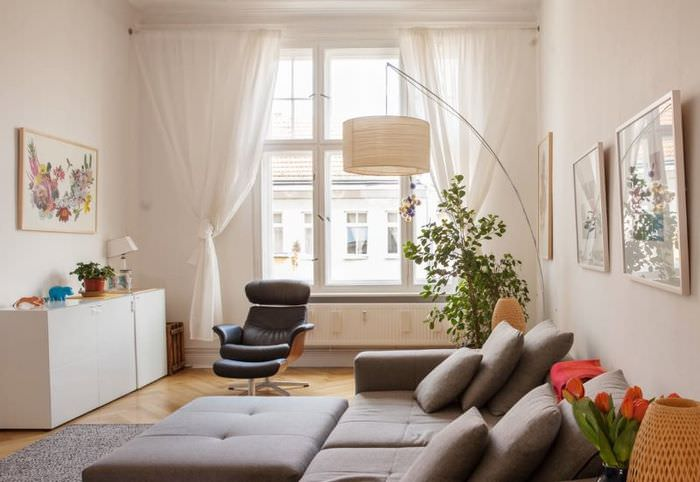 Белая гостиная в современной квартире