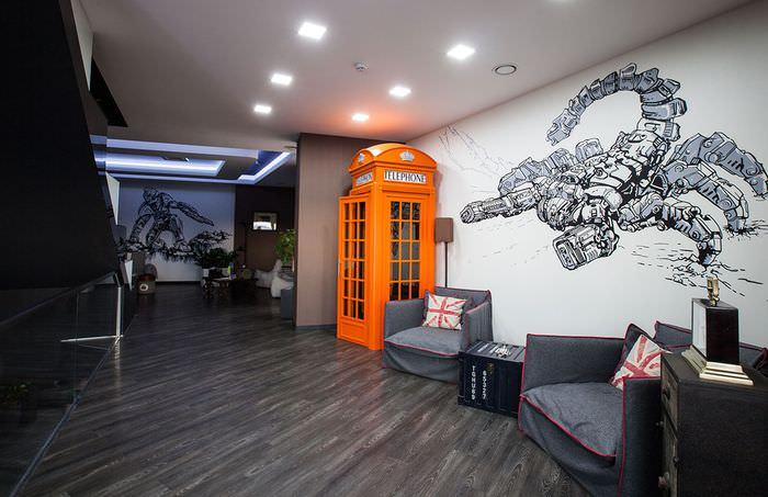 Оранжевая телефонная будка в интерьере офиса