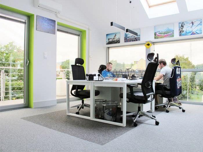 Мягкие офисные кресла на роликах