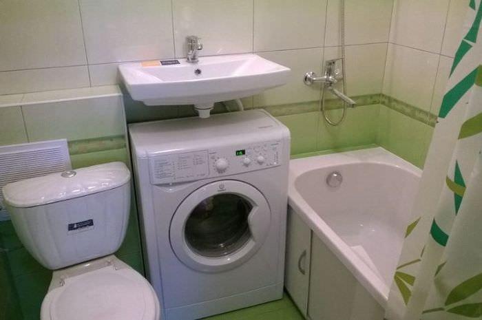 Узкая стиральная машина мод раковиной в ванной комнате