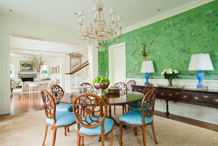 Деревянные стулья в классической гостиной