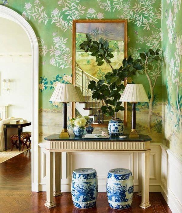 Зеркало на стене с зелеными обоями