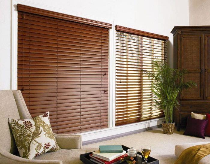Два окна в гостиной с деревянными жалюзи