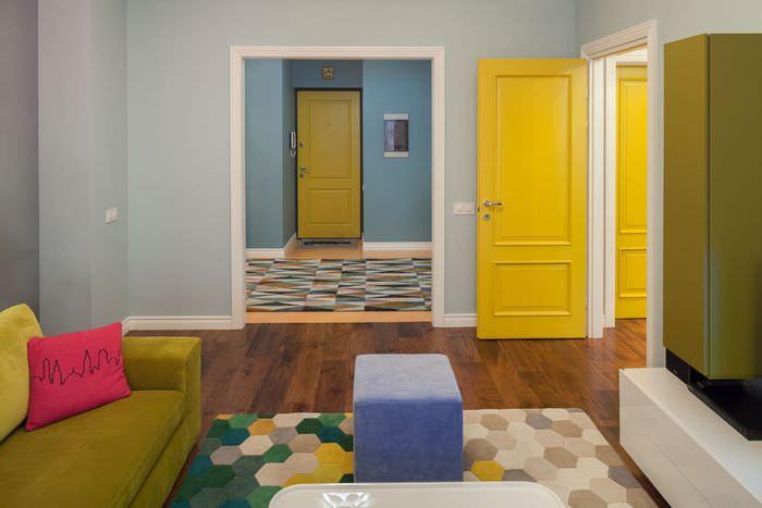 Дверь лимонного цвета в гостиной