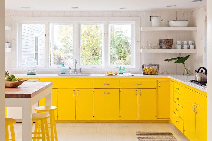 Желтые стулья в интерьере кухни-столовой