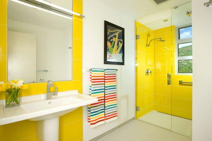 Использование желтого оттенка в ванной комнате
