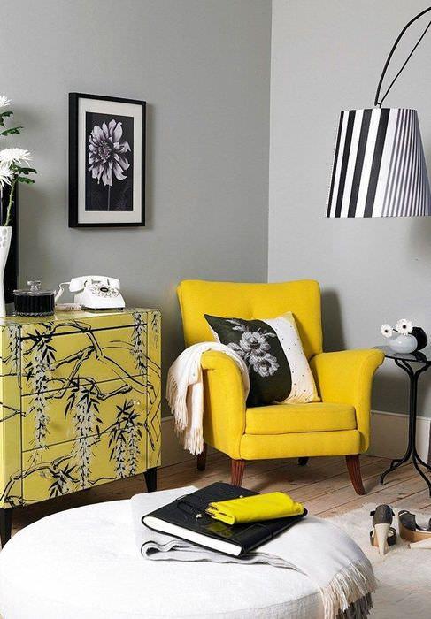 Желтое кресло в углу гостиной комнаты