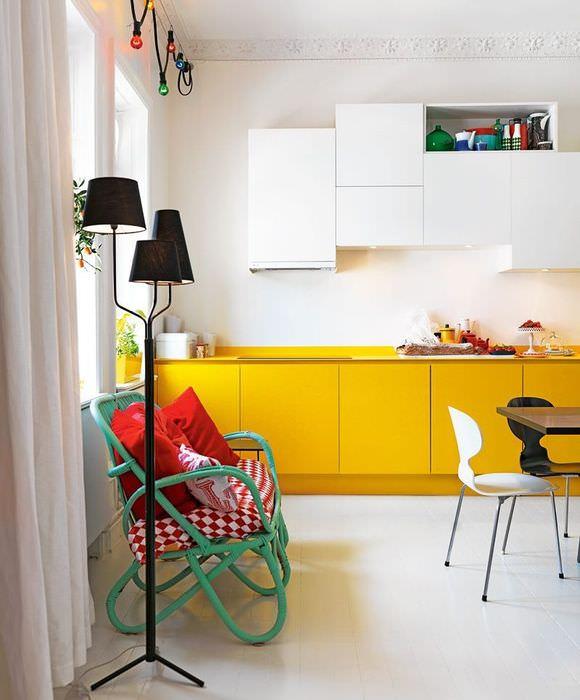 Желтые и белые фасады кухонного гарнитура