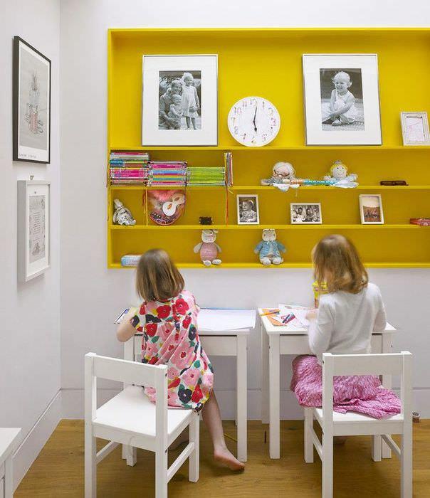 Желтая полка в интерьере детской комнаты