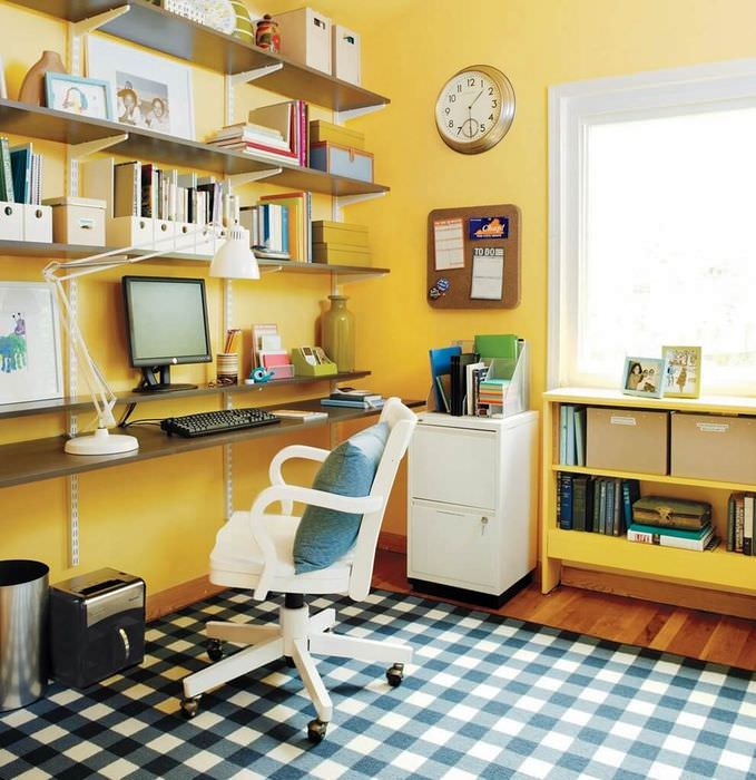 Интерьер домашнего рабочего кабинета с желтыми стенами
