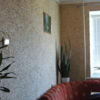 Жидкие обои с блесками на стене гостиной