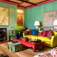 Желтый диван и зеленые стены