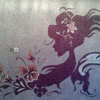 Силуэт девушки, выполненный из жидких обоев