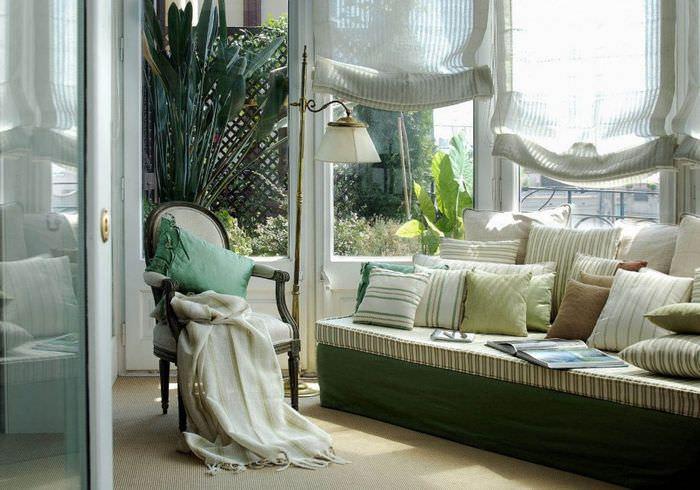 Английские шторы в гостиной классического стиля