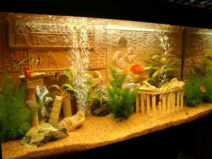 Античные колонны на дне аквариума