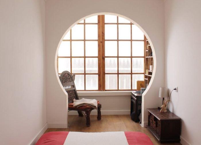 Окно в спальне с деревянной рамой