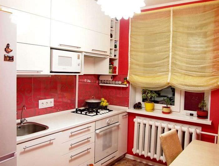 Дизайн небольшой кухни в красно-белом цвете