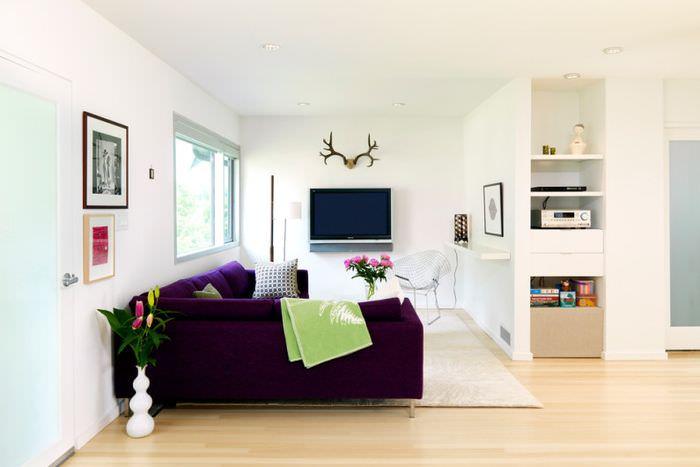 Белая гостиная с темным диваном