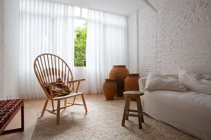 Глиняные амфоры на полу гостиной частного дома