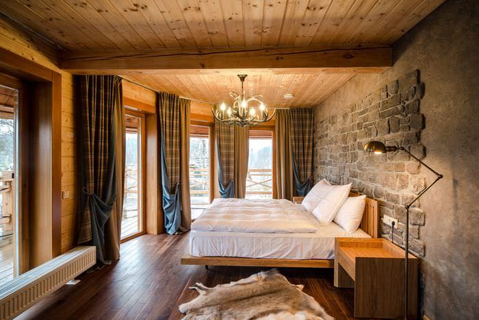 Деревянная кровать с белым постельным бельем